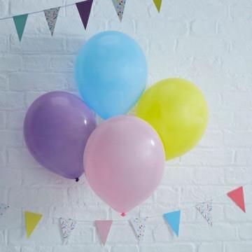 Globos de fiesta: rosa, violeta, amarillo y azul